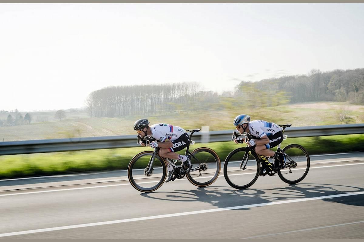 Mestertuck: Peter Sagan og Matteo Trentin med hver sin supertuck under E3 Harelbeke i 2019.