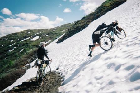 SNØ FOR SVINGENE: Enkelte ganger er det ikke annen råd enn å bare dytte sykkelen over noen bratte snøfelt. Foto Sveinung Gjessing
