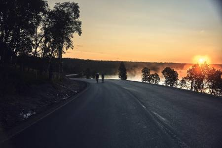 DAGEN GRYR: Solen stiger over Hitterdalen, etter å ha hatt en kort pause en julinatt i sommer.