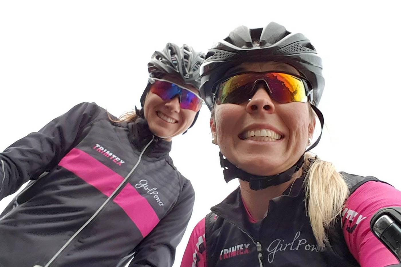 Monica Storhaug (til høyre) sikter mot rekord på Lillehammer-Oslo i 2018, der Maiken Tømta (til venstre) er en av 20 ryttere så langt på det nye laget. Foto: Privat