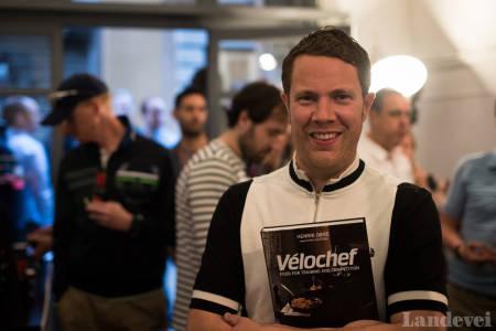 SNART EN TIL: Henrik Orre med sin første sykkelkokebok, Velochef. Produksjonen av nummer to er i gang!