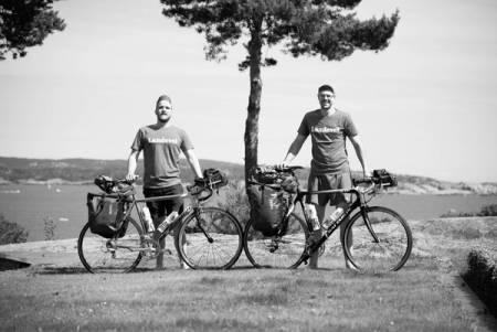 FERDIG PAKKET: Øystein og Kristoffer har pumpet luft i dekkene og pakket baggene. I morgen reiser de til USA. Foto: Kristoffer Vittersø