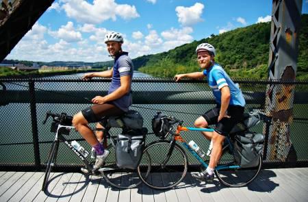 GUIDE: Gutta blir guidet ut av Pittsburgh av WS-verten sin og begynner på Great Allegheny Passage. Foto: Kristoffer Vittersø
