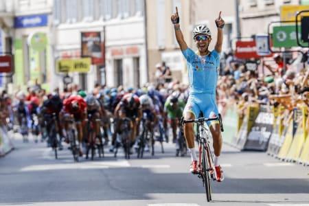 SNØT SPURTERNE: Fabio Aru feirer seieren mens Alexander Kristoff og Edvald Boasson Hagen spurter om andreplassen i bakgrunnen. Foto: Cor Vos.