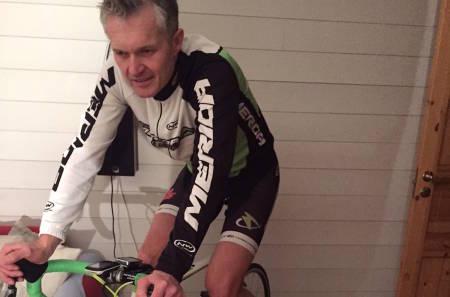 Jan Olav Beitmyren tråkker mot nye prosjekter på landeveien i 2016, og vintertreninga på rulla bremser forfallet av sykkelspesifikk styrke fram til asfalten blir bar. Foto: Privat