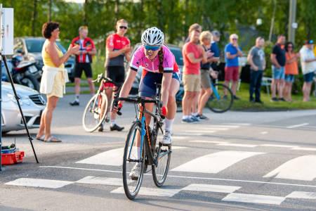 TO AV TRE: Mari Bergendahl fra CK Victoria sykler videre i den rosa dametrøya i morgen, som er siste etappe i Rojan Rundfahrt. Foto: Audun Morgestad