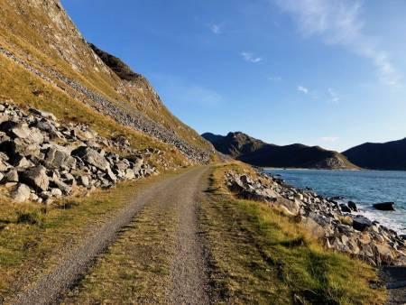 EVENTUR: Du inviteres til å bli med på en eventyrlig sykkeltur denne lørdagen. Finner du veier så fine som Haukelandstranda i Lofoten? Foto: Jonas Orset