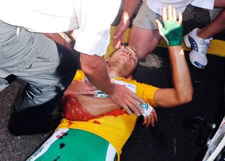 BLODIG ALVOR: En reklameartikkel fra den franske veddeløpsgiganten skar seg gjennom Thor Hushovds høyre arm og snudde etappen fra triumf til tragedie. Foto: Cor Vos
