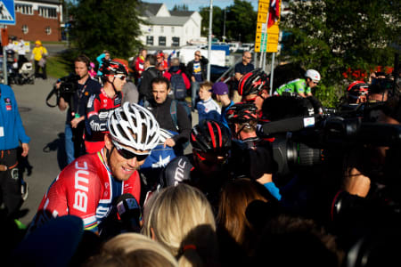 GLAD: Thor Hushovd smilte om kapp med den trivelige befolkningen i Svolvær etter etappeseieren