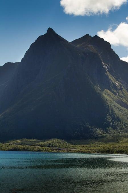 STORT: Rytterne blir som små flekker i  landskapet med de enorme fjellene.