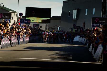 VINNER: Ut i lyset  - Thor dro fra de andre i skyggen, og spurtet inn til etappeseier i Svolvær.