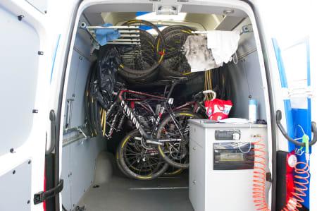SYSTEM: En av Katushas to varebiler under rittet.