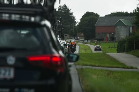 ROLLEBYTTE: Følgebilen til MTN Qubekha slet med å komme seg forbi feltet, og valgte til slutt sykkelstien.