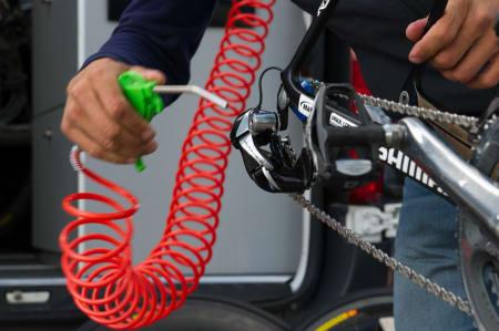 LØVBLÅSER: Katusha Team bruker høyttrykk for å blåse tørr deler av mekanikken.