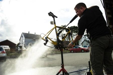 VASKEBJØRN: En av MTN Qubekhas innleide branner spøler sykkelen etter målgang.