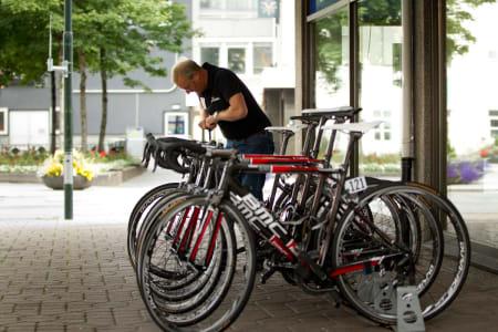 STELL: Syklene til Team Plussbank får stell før starten på etappen.