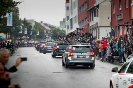 SVENSK: Gatene krydde av tilskuere til tross for at etappestarten gikk i pøsende regn. Volvo stilte med følgebiler til flere av lagene.