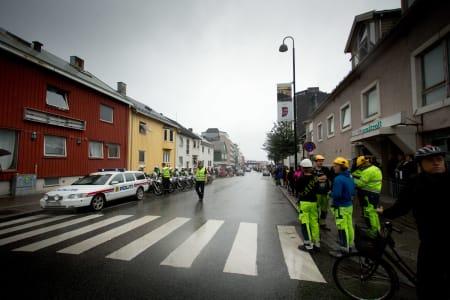 AKTIVITET: Gatene i Bodø sentrum fylles før start på dagens etappe. Flere politibiler- og motorsykler sørger for rytternes sikkerhet, og veinettet rundt Bodø ble sperret store deler av dagen