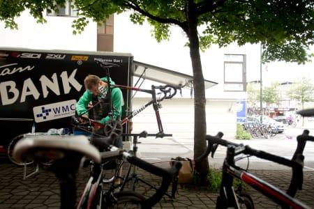 SJEKK: En mekaniker fra Team Plussbank tar en siste sjekk av syklene.