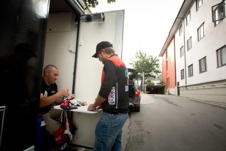 NOK JOBB: Plussbank BMCs mannskap fyller langeposer før starten på dagens etappe.