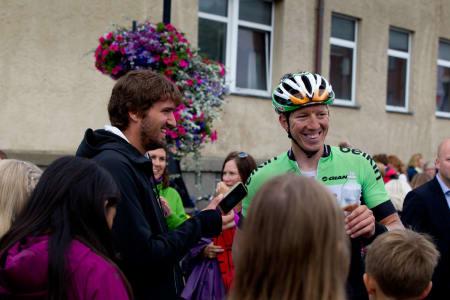 JOVIAL: Sep Vanmarcke hadde ikke dårligere tid enn at han tok seg tid til både intervjuer og autografer.