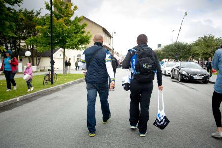 MAUR: Soigneurer fra VacanSoleil og NetApp Endura på vei til målområdet med nødvendig mat og drikke til sine ryttere.