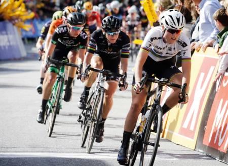 TOPP NIVÅ: Ladies Tour of Norway trekker hvert år de beste kvinnelige syklistene i verden til Norge. Her er det U23-verdensmester Amalie T. Diederiksen fra Danmark som leder an under Ladies Tour of Norway 2017, da rittet for første gang hadde UCI World Tour-status. Foto: Cor Vos.