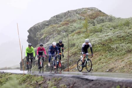 KALDT OG VÅTT: Jotunheimen Rundt 2017 endte med tredelt seier til Jo Nordskar, Johan Noraker Nossen og Atle Thoresen (fra venstre), men ingen løyperekord. Her med Jon Andreas Klokkehaug og Erno Kainulainen (til høyre). Foto: Ola Morken