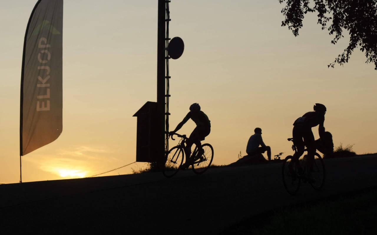 LANG DAG: De som everester seg gjennom Hope Challenge må belage seg på en lang dag på sykkelen. Foto: Bjørn Saksberg.
