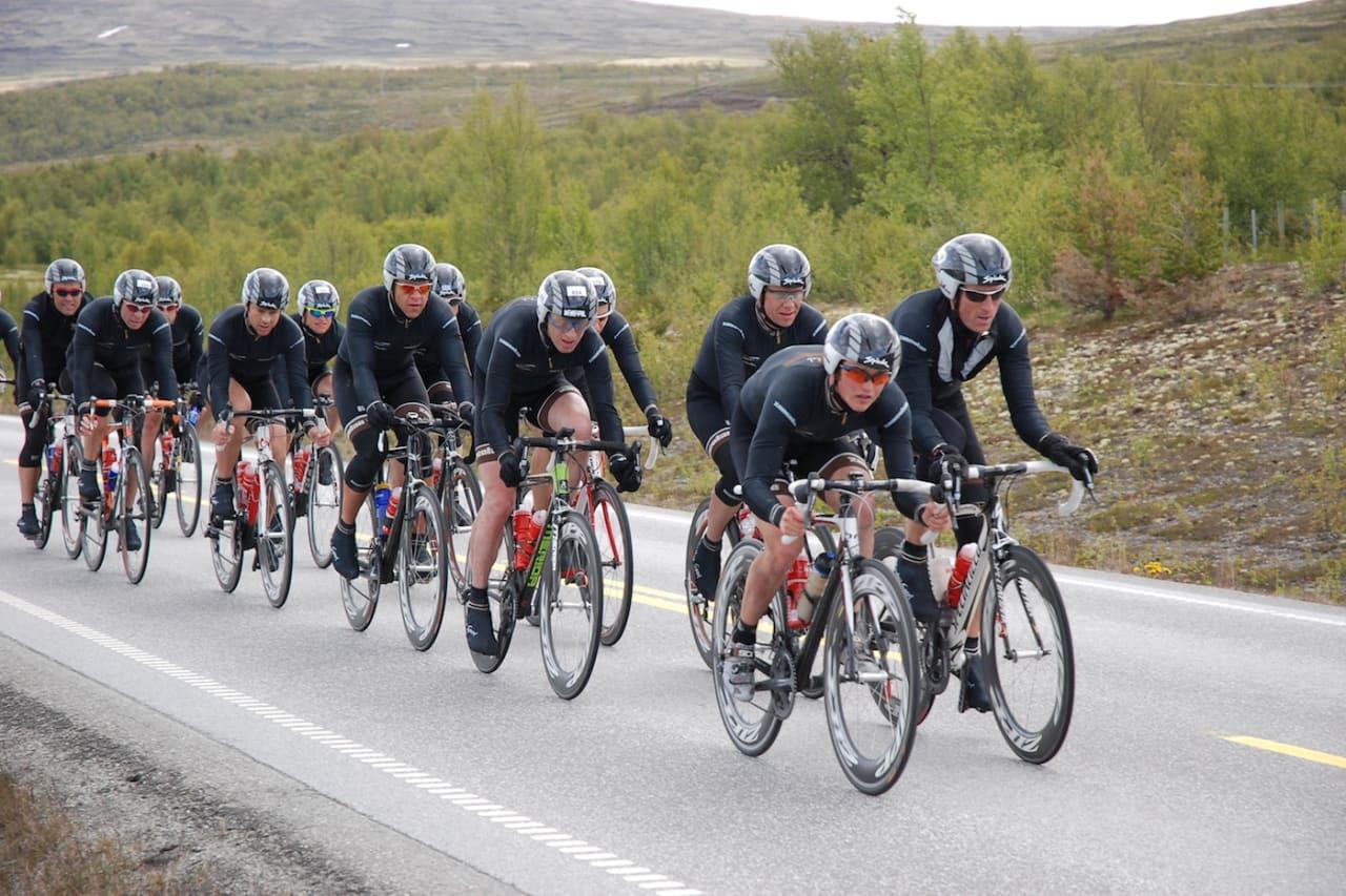 44 KM/T: Velo Club Zoncolan holdt i gjennomsnitt 44 km/t helt fram til velten på Trondheim-Oslo i 2009, og 42km/t med bare 11 mann i rulla. Foto: Velo Club Zoncolan
