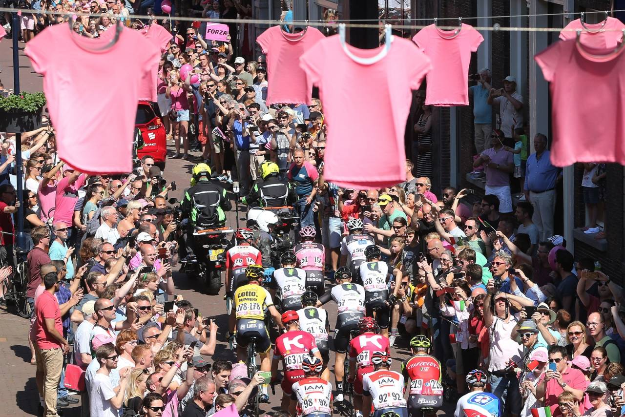 ROSA ROSA ROSA: Ingen tvil om hva som er fargen når Giro d´Italia er på besøk i byen. Foto: Cor Vos.