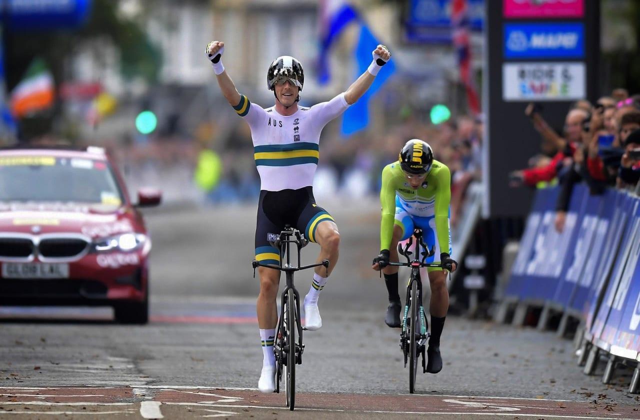 FORNØYD FYR: Rohan Dennis kunne juble for en ny verdensmestertittel, mens Primoz Roglic depper etter å ha blitt tatt igjen med tre minutter. Foto: Cor Vos.