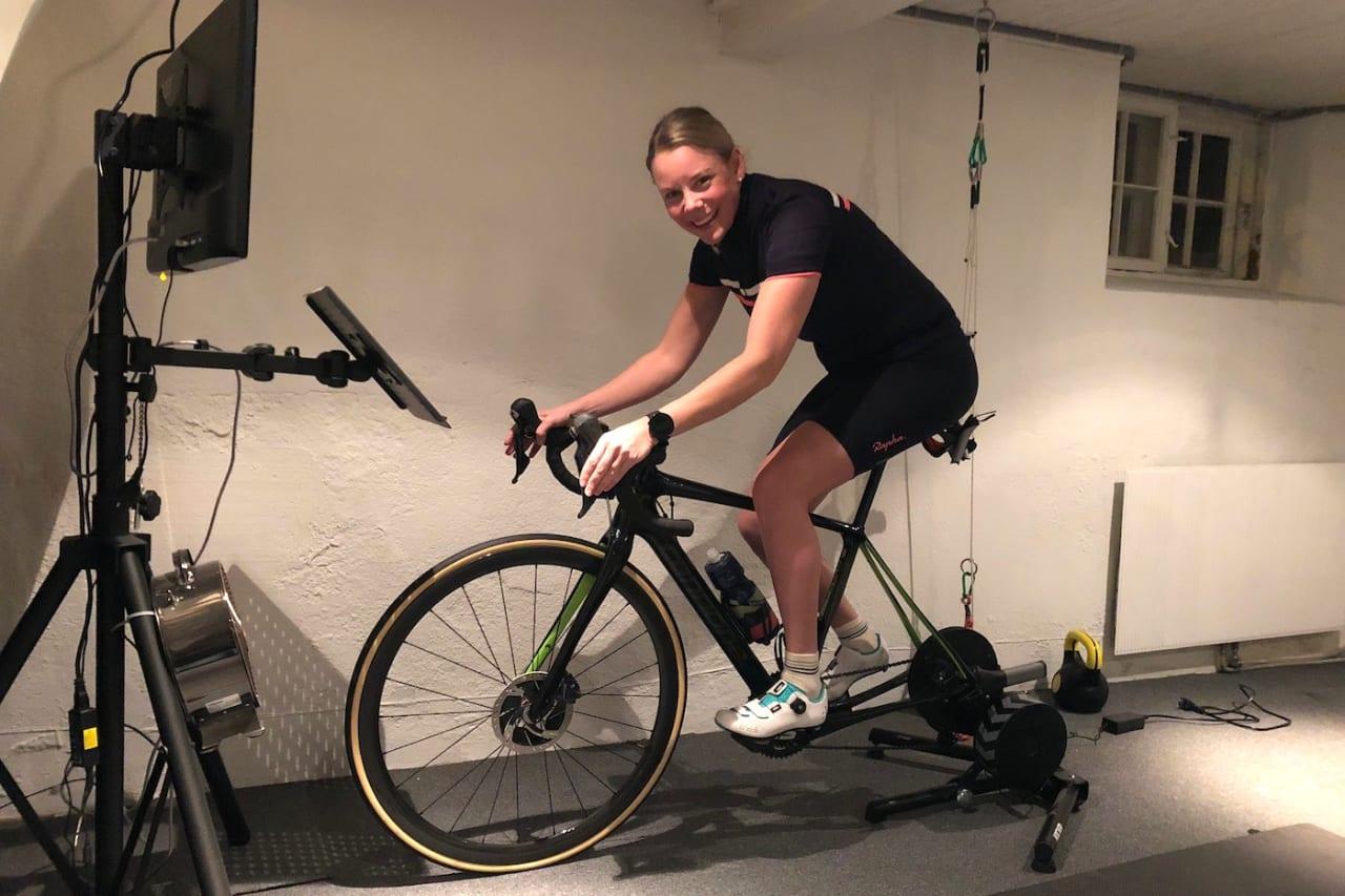 TRIVSELSTRENING: Nora Langballe kjører gjerne langtur på rulla, med sykkel på TV og musikk på øret.