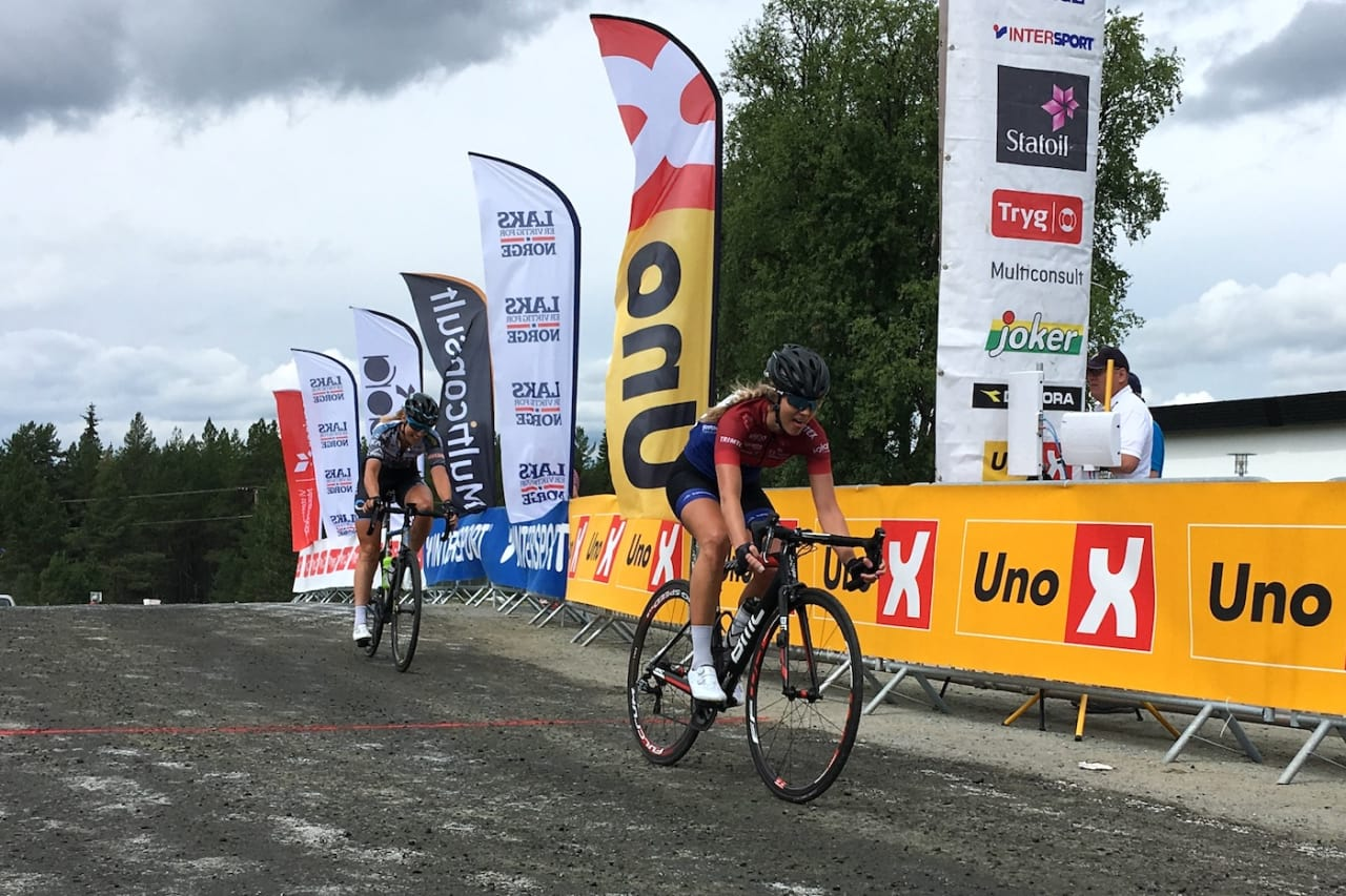 SPURTSEIER: Birgitte Ravndal tok innersvingen på oppløpet og spurtslo Julie Solvang på andre etappe av Tour de Hallingdal. Foto: Ingeborg Scheve