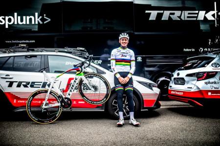 REGNBUETRØYA: Mads Pedersen fra Trek-Segafredo poserer stolt med ny Trek Madone SLR i regnbuevariant. Foto: Trek.