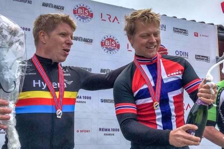 VM-KLARE: Regjerende temponorgesmester Martin Iversby (til høyre) og tidligere eliterytter Sondre Linstad-Hurum debuterer i masters-VM denne uka. Det har de trent målrettet mot i over to år. Foto: Hytera Road Team