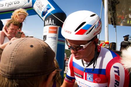 POPULÆR: Alexander Kristoff hadde mange fans som ønsket seg autograf etter dagens første etappeseier.