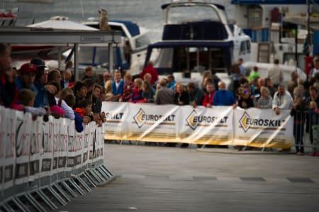 FOLKSOMT: Stavanger var full av tilskuere uvant med den høye farten. Mange fikk regelrett sjokk når de så hastighetene til rytterne.