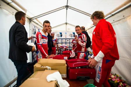 FINSTASEN: Team Katusha får på seg rent tøy før podiet.