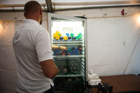 KRAVSTORE: I teltet hvor gutta venter før premieutdeling er det både cola og øl.