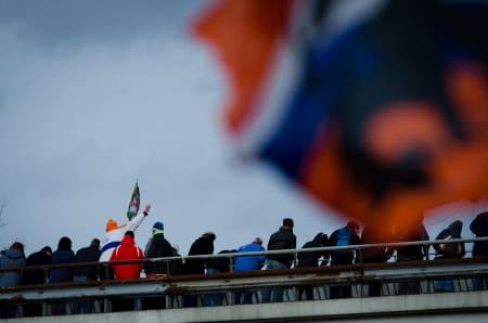 GLAD: En nederlandsk supporter jubler på broen i det Marianne Vos passerer på rettstrekka før mål.