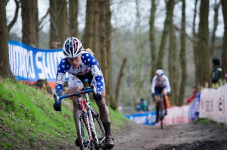 BOMTUR: Katie Compton var en av favorittene. Men etter 500 meter viklet hun seg inn i en syklist og ut av tetkampen.