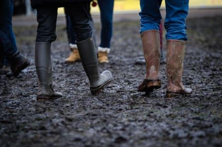 PEN I SKOTØYET: Gummistøvler er fremdeles det foretrukne valget av fottøy på stadion.