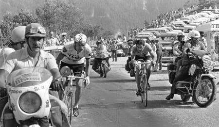SLÅTT UT: På klatringen til Pra-Loup opplever Eddy Merckx (t.h.) sitt Waterloo. Foto: CORVOS.
