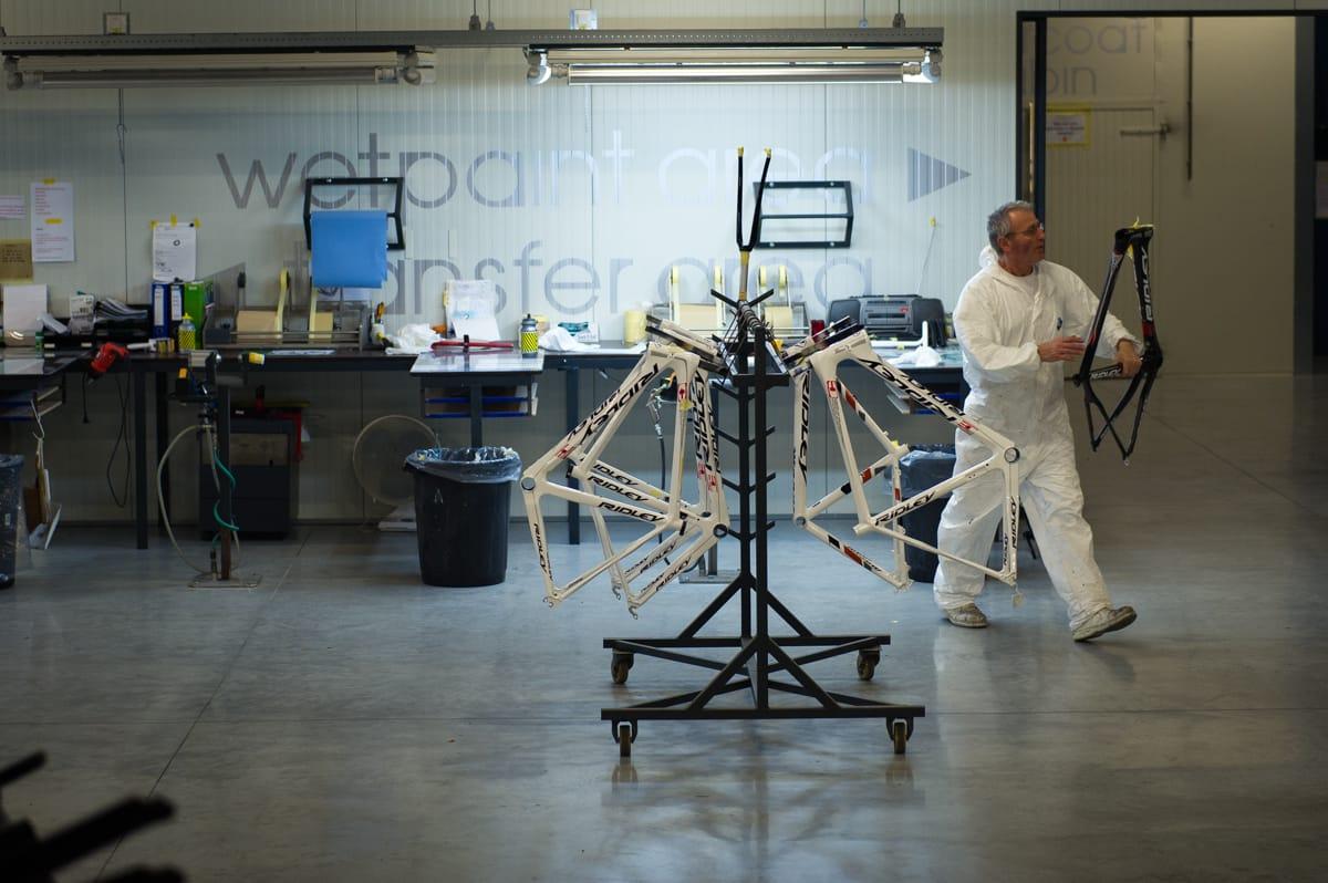 NOK Å GJØRE: En ansatt ved Ridleyfabrikken har akkurat klargjort en ramme for klarlakkering.
