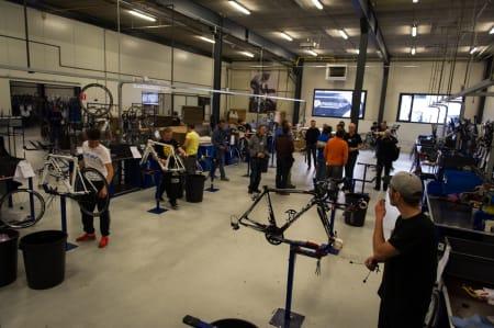 SISTE HÅND PÅ VERKET: På 16 arbeidsstasjoner står det mekanikere og bygger sykler etter ulike spesifikasjoner.