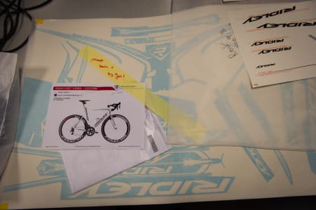 DESIGNERJOBB: En designer tar en siste sjekk for å se om alt er i orden med en custom sykkel.