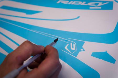 PRESISJON: En printer gjør grovarbeidet på utskrift av dekklogoer før lakkering, men det må alltid jobbes med skalpell i tillegg.
