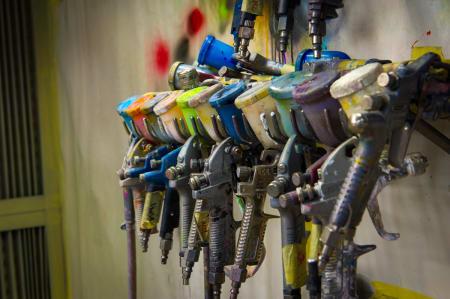 ARBEIDSSOMME: Malingssprøyter henger på rekke og rad og venter på mer å gjøre.