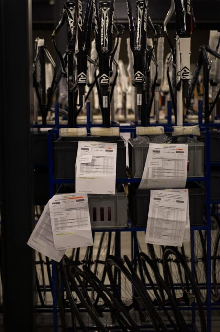 INSTRUKS: Rammer, hjul, deler og instrukser klare til montering for mekanikerne.